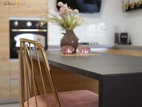 שולחן שיש עם כיסא