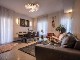 סלון מעוצב עם פינת אוכל שטיח ושולחן סלון עגול