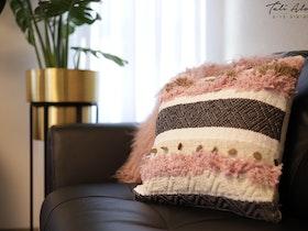כרית נוי בסלון מעוצב