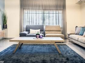 חלל סלון מעוצב עם ספות לסלון, שולחן סלון, מזנון צף ווילון
