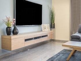 חלל סלון מעוצב עם טלוויזיה מעל מזנון צף