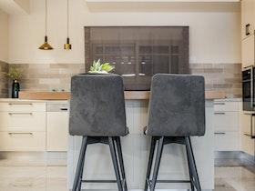 2 כסאות בד אפור במטבח מעוצב