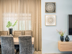 חלל סלון מעוצב עם כסאות ושולחן אוכל