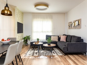 ספה בצורת האות ר' בצבע אפור כהה לסלון
