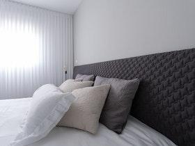 מיטה זוגית מבד שחור
