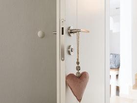 דלת לבנה פתוחה לרווחה
