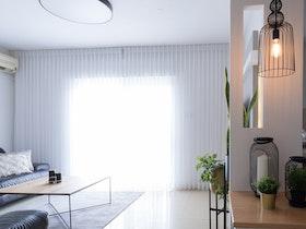 סלון מטופח בדירה לאחר שיפוץ כללי עם ריהוט חדש