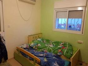 חדר ילדים עם קירות בצבע ירוק