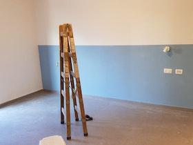 חדר ריק באמצע עבודת צביעה