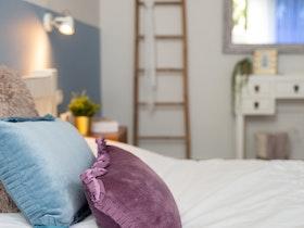 מיטה זוגית עם כריות וסמיכה