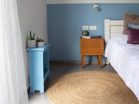 חדר שינה מסוגנן כפרי לאחר שיפוץ