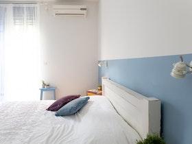 חדר שינה הורים לאחר שיפוץ בסגנון כפרי