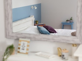חדר שינה מזווית מראה בסגנון כפרי