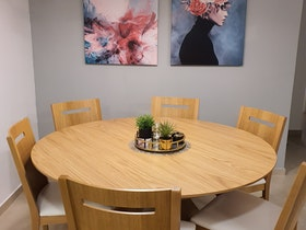 שולחן עגול + 6 כסאות בצבע אלון