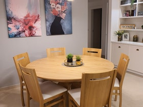 פינת אוכל עגולה מעוצב + כסאות בצבע אלון
