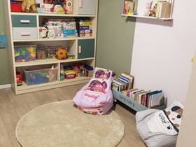 ספרייה עם שטיח עגול