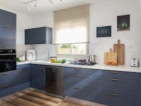 מטבח בצבע כחול סגול