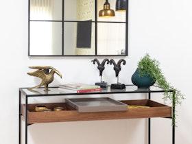 קונסולה בסלון עם מראה תלוייה על הקיר