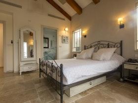 מיטה זוגית כפרית עם מזרון