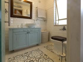 מקלחת משופצת בסגנון כפרי