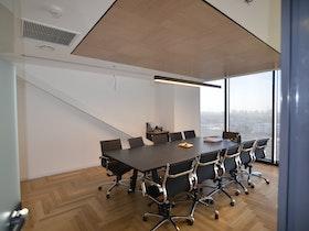 חדר ישיבות עם 10 כסאות