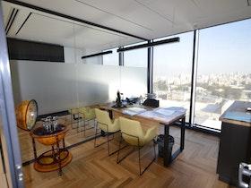 שולחן עבודה עם חלון