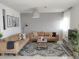 סלון עור 2 חלקים עם שטיח ושולחן סלון