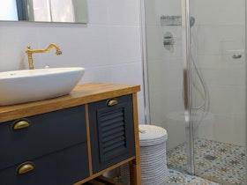 מקלחון שקוף עם כיור ומראה