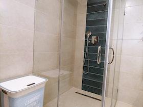 מקלחון שקוף במקלחת משופצת