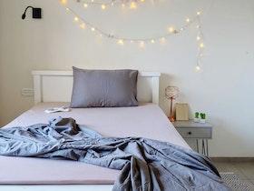 מיטת יחיד עם שלט מזל טוב
