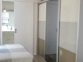 ארון הזזה 3 דלתות בחדר שינה