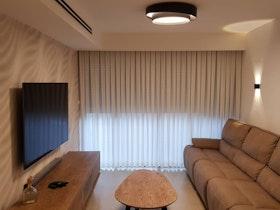 סלון עם הנמכת תקרה ומזנון חום