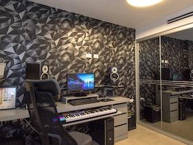 חדר עם טפט מעוצב ושולחן עבודה וכסא משרדי