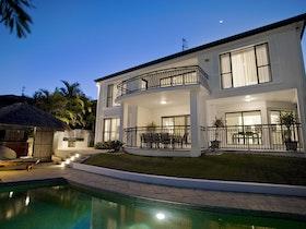 בית פרטי עם בריכה בשעות ערב