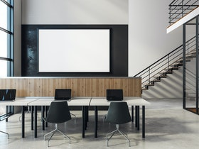 משרדים מעוצבים עם מחשבים וכסאות
