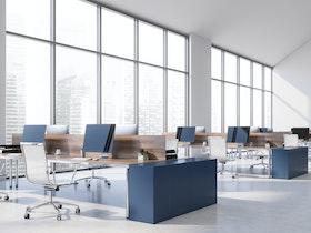 משרדים מפוארים עם מסכים וכסאות