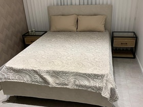 חדר הורים עם מיטה זוגית ומזרן