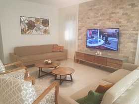סלון מעוצב לאחר שיפוץ כללי עם ריהוט בדירה