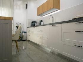 מטבח לבן עם ארוניות לבנות וכיור חדש