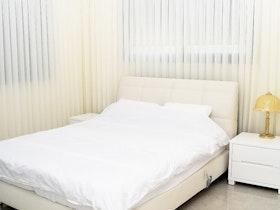 צילום חדר שינה עם וילונות