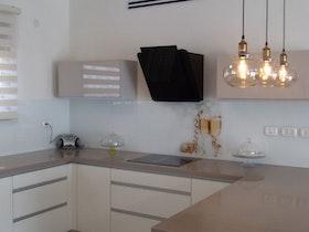 מטבח משופץ עם גוף תאורה תלוי מהתקרה