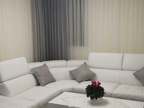 ספת עור לבנה עם שולחן סלון לבן