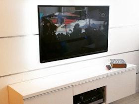 מזנון צף עם טלויזיה תלוייה
