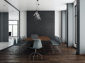 חדר ישיבות עם טפט שחור