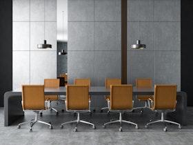 חלל חדר ישיבות מעוצב, עם שולחן אפור וכיסאות חומים