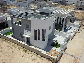 תמונה מבט מלמעלה של בתים פרטיים לאחר בניה