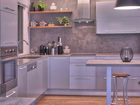 מטבח עם ארוניות בצבע סגול בהיר