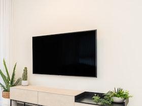 טלויזיה תלוייה על הקיר