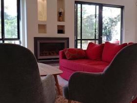 סלון עם כורסא אדומה