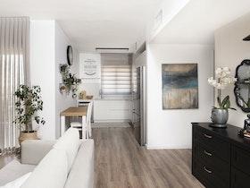 בית עם מזנון שחור וקונסולה עץ